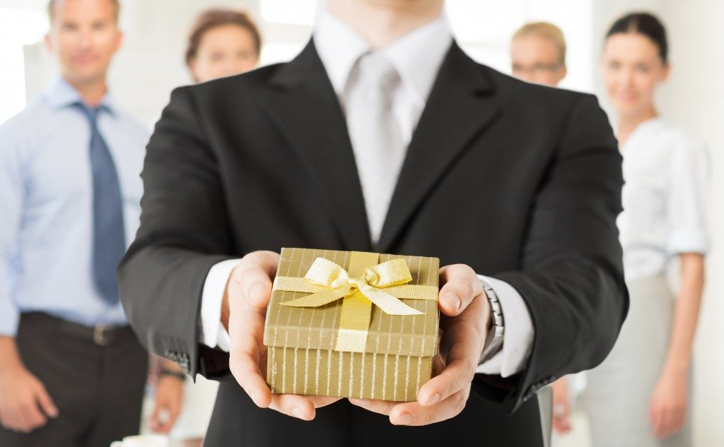 man holding a gift box in the office